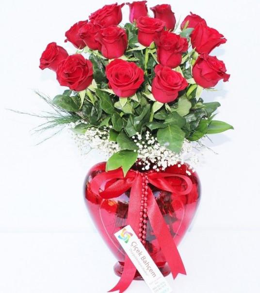 """Kalplerin Keşfi '' Kalp Vazoda 15 Adet Kırmızı Gül"""""""