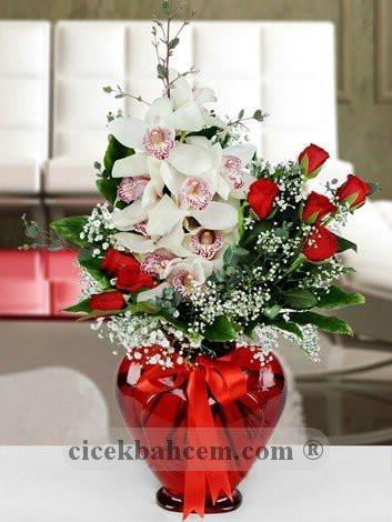 kalbinin kosesi orkide ve kirmizi gul