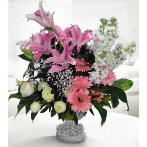 Lilyum, Gerbera ve Beyaz Güller Hazırlanmış Aranjman